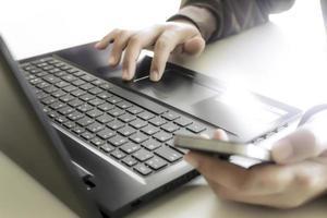 persona escribiendo información desde el teléfono inteligente