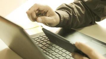 persona que compra en línea en la computadora portátil
