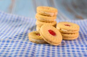 galletas sandwich con crema de fresa foto