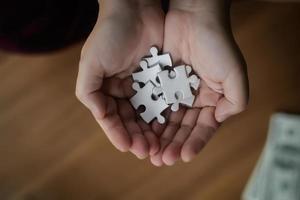 manos sosteniendo rompecabezas foto