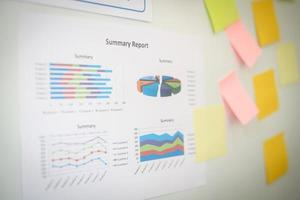 Primer plano de la mano que presenta el gráfico de negocios en la pizarra