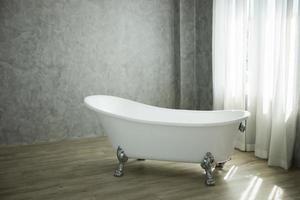 Decoración de bañera vintage en salón. foto
