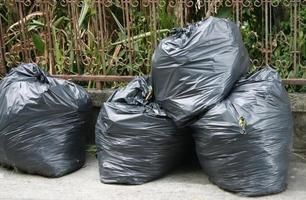 pila de bolsas de basura foto