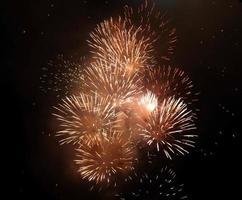 fuegos artificiales de oro en el cielo