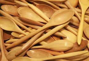 pila de cucharas de madera