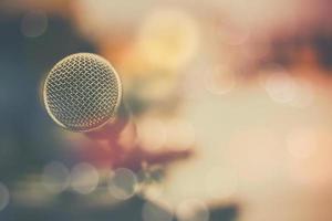 micrófono y fondo bokeh