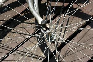 rueda de bicicleta vieja y sombra foto
