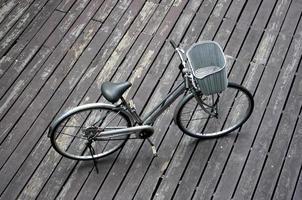 bicicleta gris con canasta foto