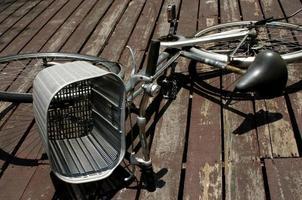 bicicleta vieja en cubierta