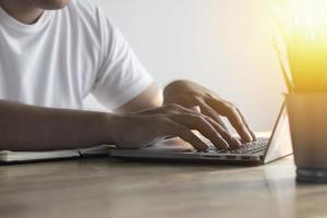 escribiendo en una computadora en un escritorio foto