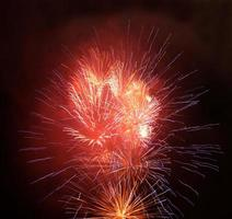 fuegos artificiales rojos y dorados en el cielo nocturno