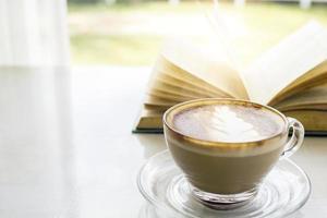 latte con escena soleada y libro. foto