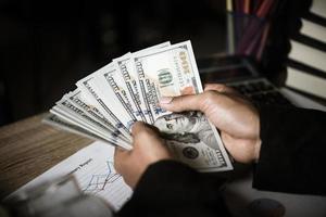 manos de mujer de negocios, tenencia, dinero foto