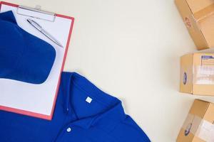 vista superior de la camisa del trabajador y cajas de correos foto