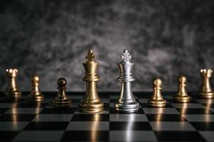 piezas de tablero de ajedrez de oro y plata