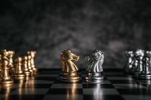 piezas de tablero de ajedrez de oro y plata foto