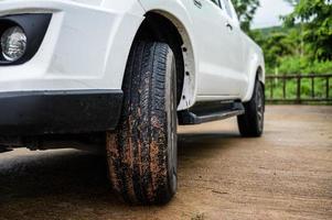 ruedas de vehículos con barro foto