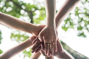 primer plano, de, un, equipo de estudiantes, con, el suyo, manos juntas