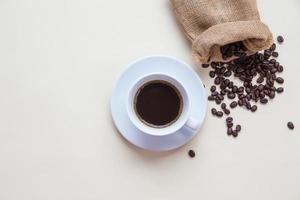 Vista superior de la taza de café y granos de café. foto