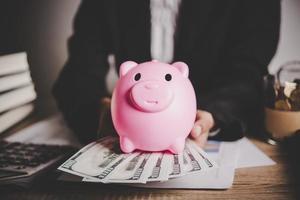 hucha de cerdo y dólares foto
