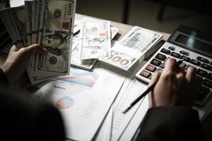 persona de negocios calcula el crecimiento financiero y la inversión foto