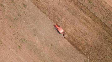 tractor agrícola en un campo de tierra