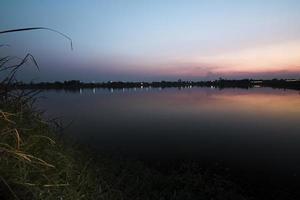 crepúsculo en el lago
