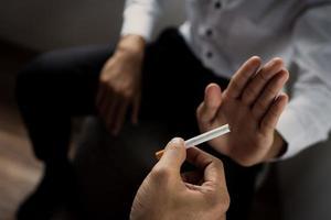 rechazar un cigarrillo foto
