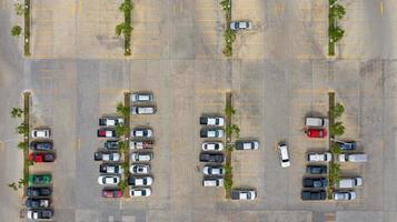Vista aérea de automóviles en un estacionamiento al aire libre.