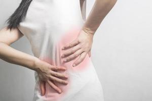 mujer tiene dolor de espalda foto
