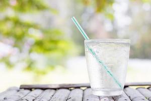 vaso de agua fría afuera foto