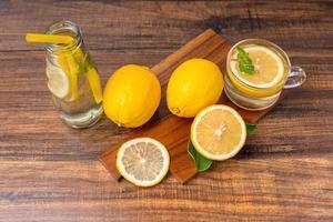 Limones en rodajas sobre una tabla para cortar foto