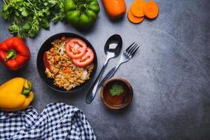 plato de arroz frito con muchas verduras