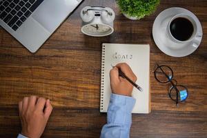 hombre de negocios escribiendo metas