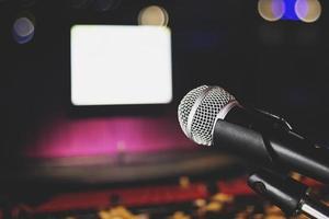 micrófono en el fondo del escenario y la sala de desenfoque