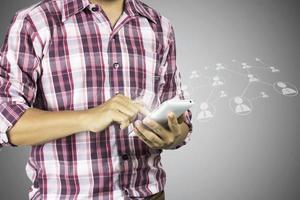 hombre usando un teléfono inteligente con icono superpuesto