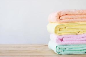 toallas de colores en la mesa de madera foto