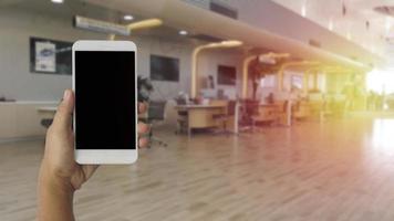 Manos usando un teléfono inteligente móvil con pantalla en blanco foto