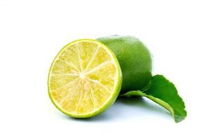 Fruta de limón en rodajas sobre fondo blanco.