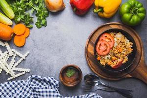 mezcla de arroz frito con verduras frescas foto