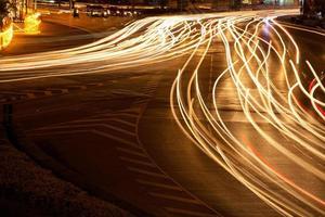 Disparo de larga exposición de coches en movimiento por la noche
