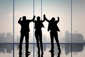 silueta de gente de negocios celebrando foto
