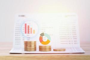 Gráfico con monedas para concepto de banca y finanzas foto