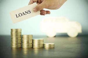 mano sosteniendo préstamos firmar con monedas