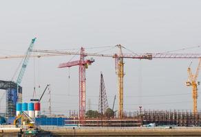 Grúas de construcción en Bangkok, Tailandia foto