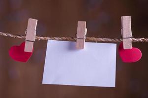 papel colgando de una cuerda con alfileres de ropa foto