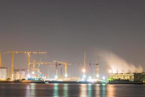 Grúas de construcción en una planta de energía en Bangkok