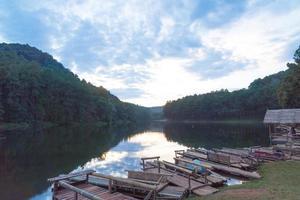 balsas de bambú en la orilla del lago