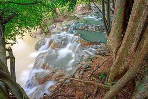 Cascada de aguas termales en Krabi, Tailandia foto