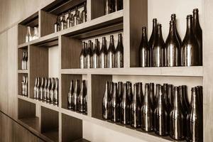 Botellas vacías decorativas en el estante.